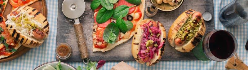 Tavola di cena con vario alimento per la società, vista superiore fotografia stock