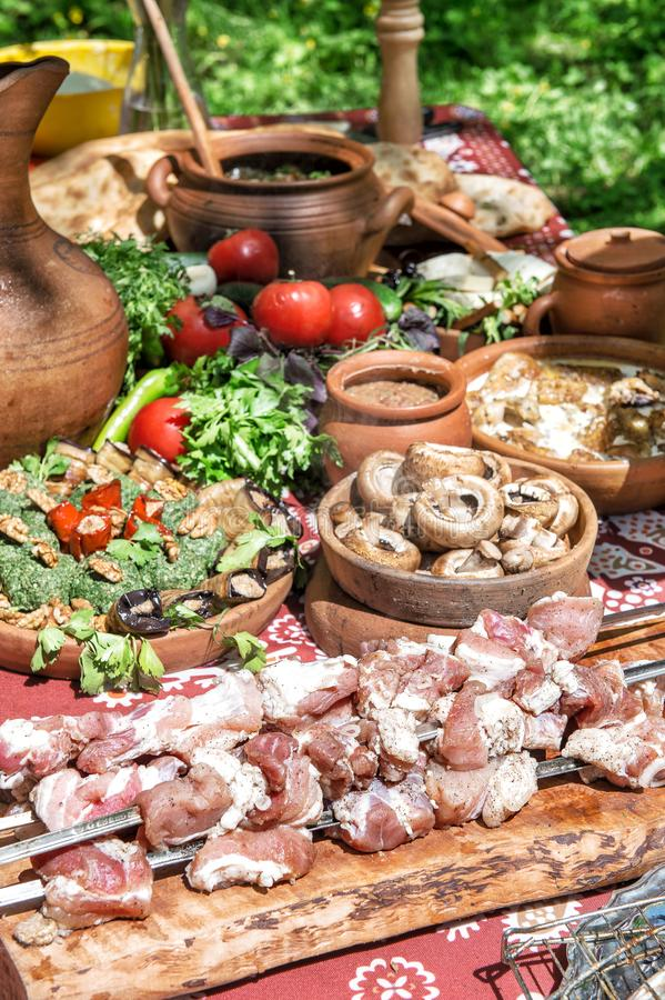 Tavola di cena georgiana dell'insalata dei funghi delle verdure di Shashlik dell'alimento fotografie stock libere da diritti