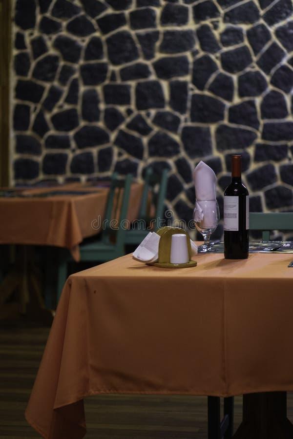 Tavola di cena posta rustica in un ristorante dell'hotel fotografia stock