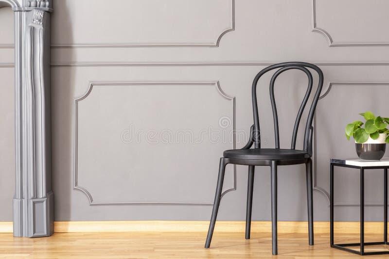 Tavola di estremità di marmo di legno nera del metallo e della sedia con verde fresco p immagini stock