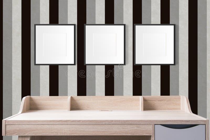 Tavola di funzionamento con le strutture in bianco della foto nello studio vuoto con la v immagine stock