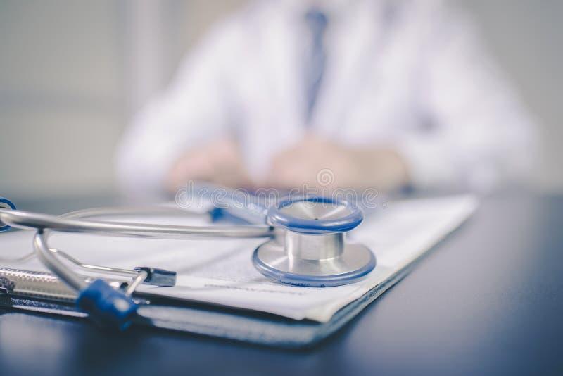 Tavola di funzionamento del ` s di medico della medicina Fuoco sullo stetoscopio fotografia stock libera da diritti