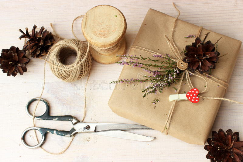 Tavola di funzionamento in uno studio con il contenitore di regalo avvolto ed alcune attrezzature fotografie stock