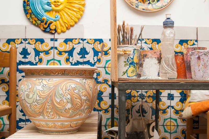 Download Tavola Di Lavoro Del Decoratore Fotografia Stock - Immagine di maiolica, siciliano: 55352592
