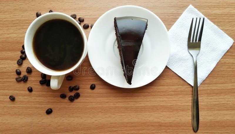 tavola di legno bianca del dolce di cioccolato della tazza del caffè nero immagine stock libera da diritti