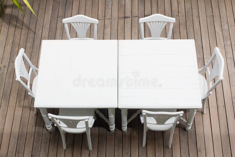 Tavola di legno bianca e tavola della sedia fotografia stock