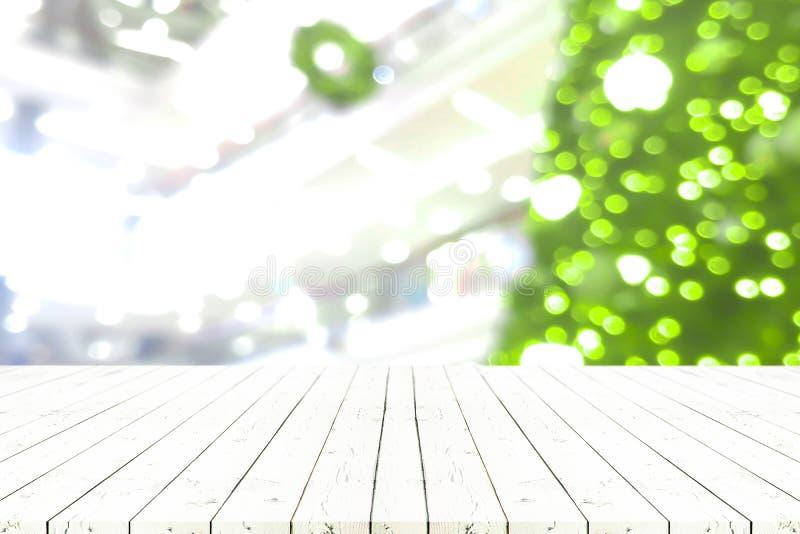 Tavola di legno bianca vuota di prospettiva nell'albero anteriore a di ofchristmas fotografie stock libere da diritti