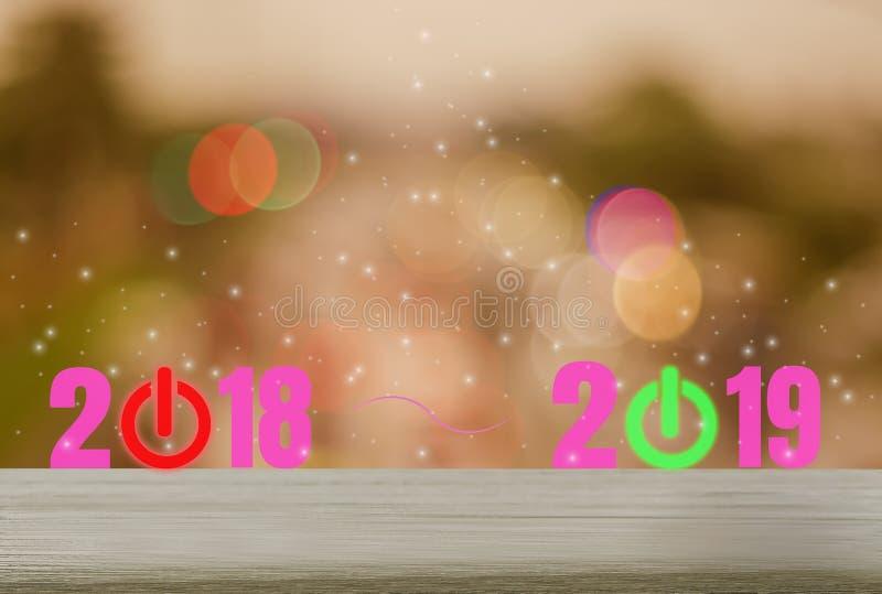 Tavola di legno con gli ambiti di provenienza, scintillare ed i festeggiamenti festivi di festa, conti alla rovescia rosso 2018 d royalty illustrazione gratis