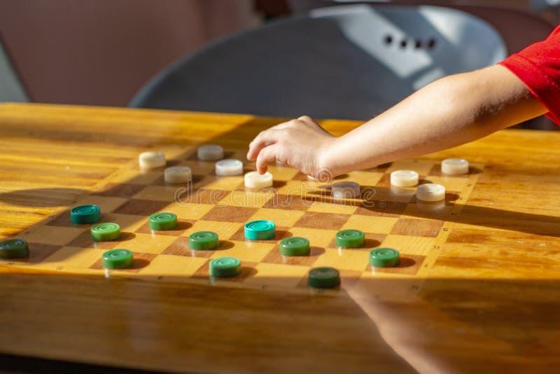Tavola di legno con i controllori nella stanza dei giochi immagini stock libere da diritti