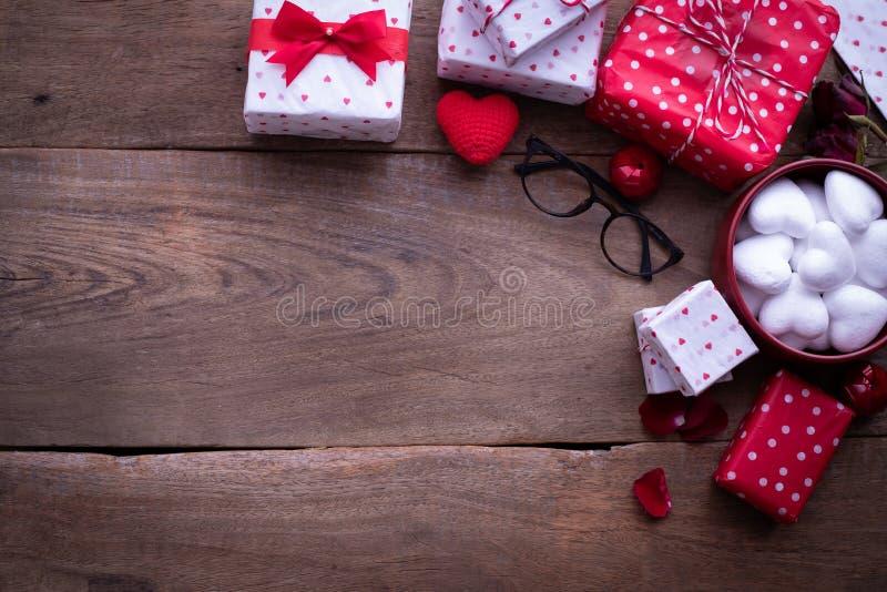 Tavola di legno con il fondo di celebrazione di San Valentino immagini stock libere da diritti
