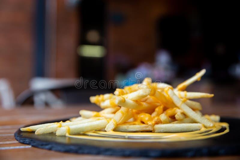 Tavola di legno con l'aperitivo e riflessione leggera sulla scena al ristorante, al pub o alla barra immagini stock