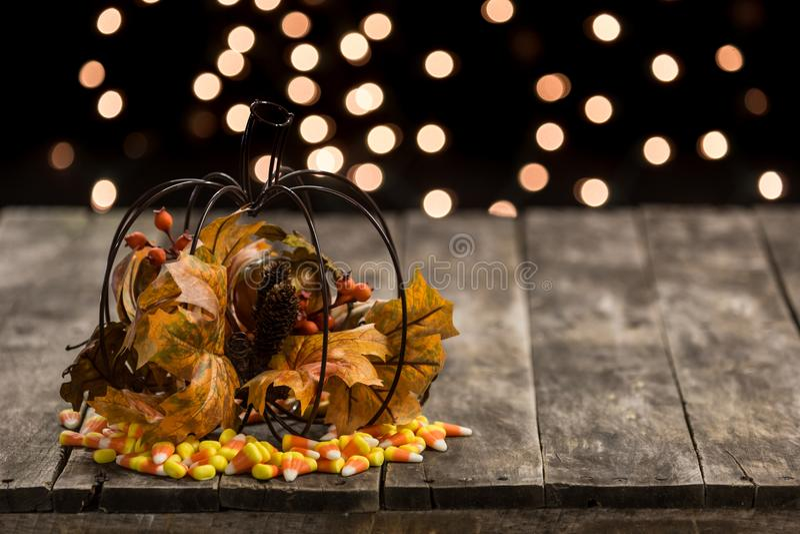 Tavola di legno con la decorazione della caramella di Halloween di caduta immagine stock libera da diritti