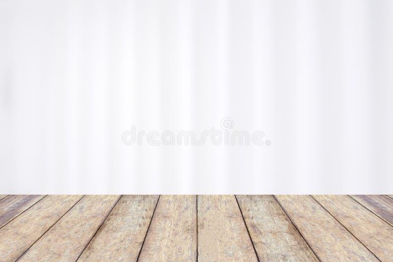 Tavola di legno con la tenda bianca dell'ospedale della sfuocatura astratta fotografie stock libere da diritti