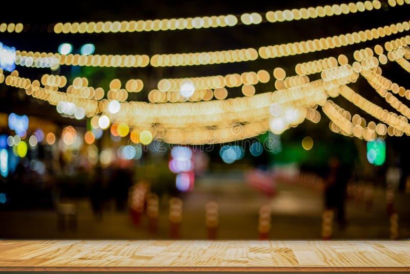 Tavola di legno davanti al ristorante vago estratto fotografia stock libera da diritti