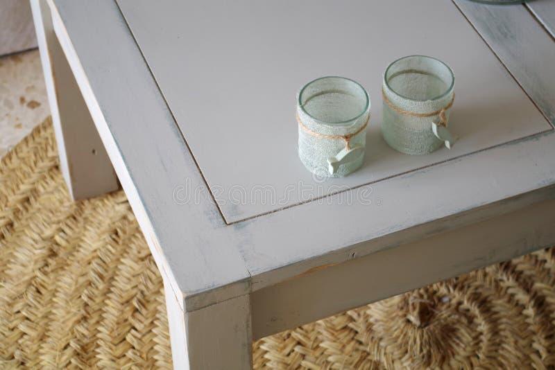 Tavola di legno del salone nel bianco immagine stock