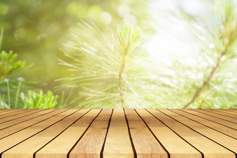 Tavola di legno di prospettiva sulla cima sopra lo sfondo naturale della sfuocatura, Ca fotografia stock