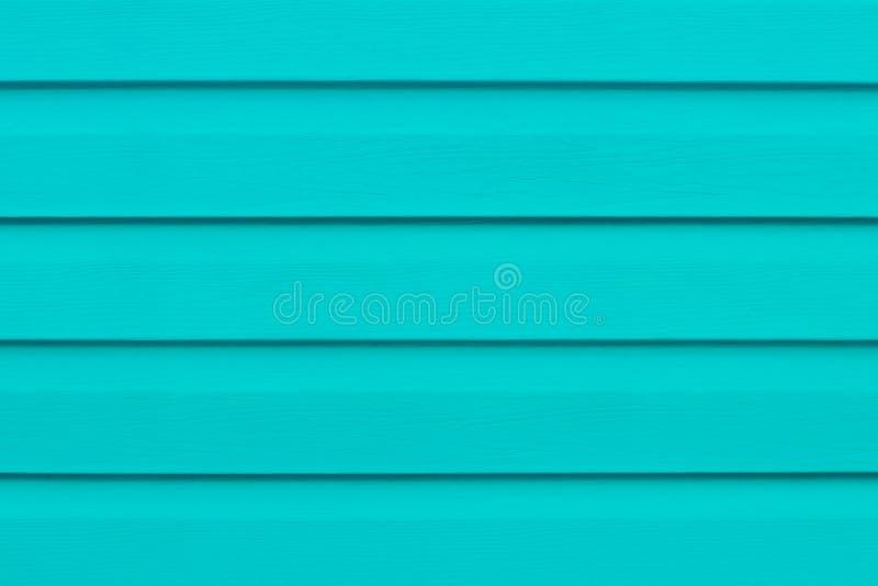 Tavola di legno dipinta nelle linee Bordi di legno del turchese luminoso Pannello a strisce verde, superficie, contesto del legna fotografia stock libera da diritti