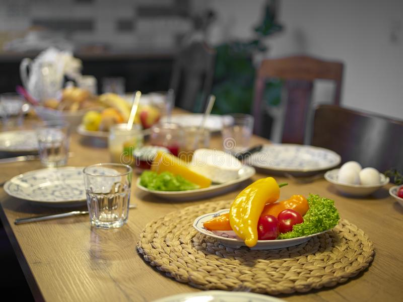 Tavola di legno messa per la prima colazione messa a fuoco sui peperoni dolci fotografia stock libera da diritti