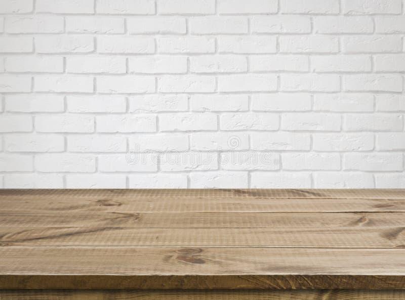 Tavola di legno ruvida di struttura sopra il fondo bianco defocused del muro di mattoni fotografia stock libera da diritti