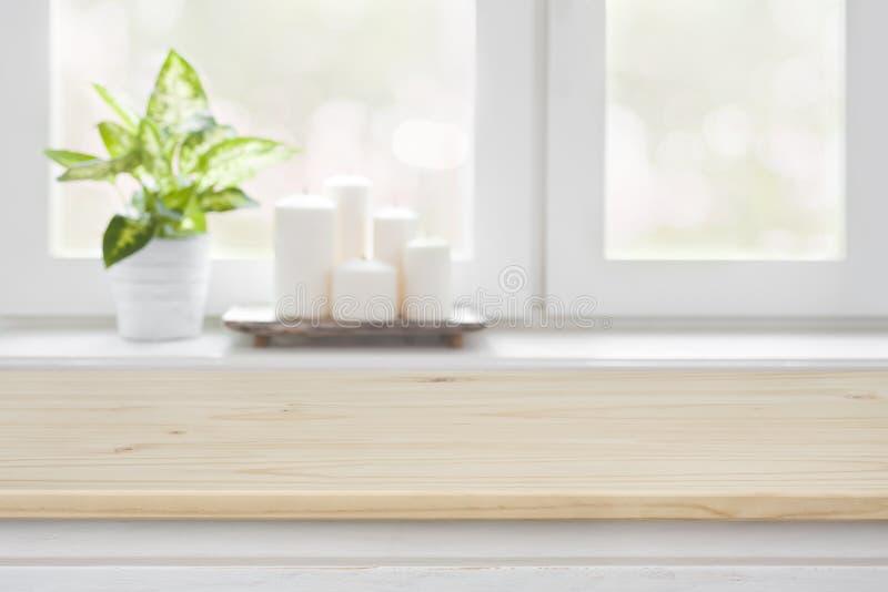 Tavola di legno sopra il fondo vago del davanzale della finestra per l'esposizione del prodotto fotografia stock libera da diritti