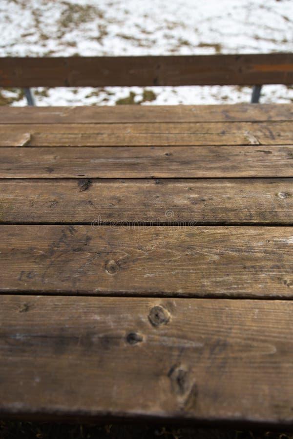Tavola di legno vuota con il bokeh della neve per una struttura di picnic dell'alimento o di approvvigionamento immagine stock libera da diritti