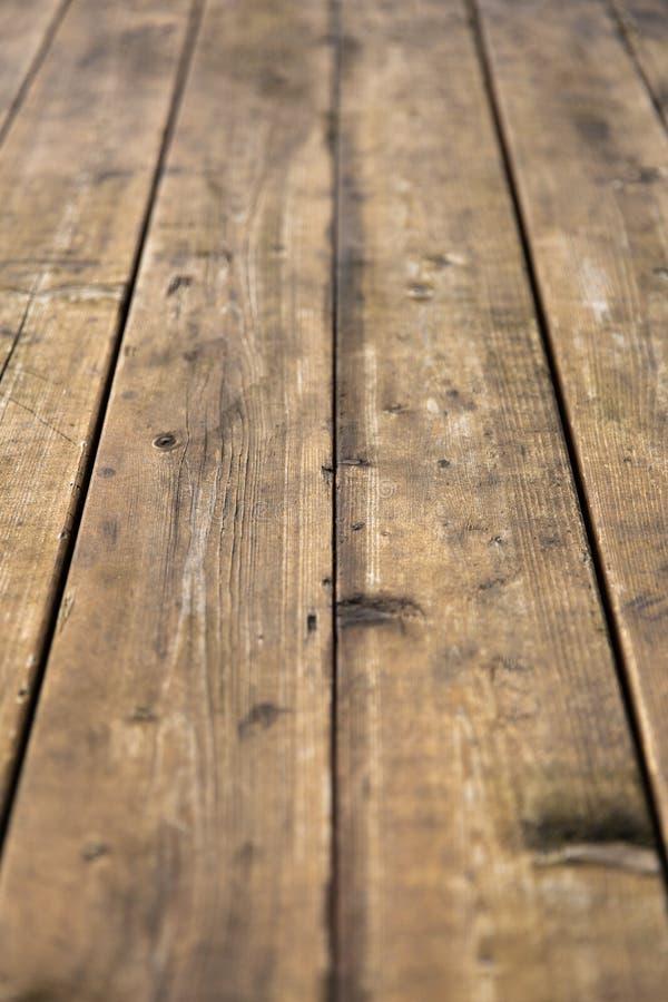 Tavola di legno vuota con il bokeh della neve per una struttura di picnic dell'alimento o di approvvigionamento immagini stock libere da diritti