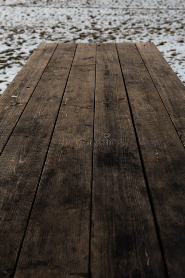 Tavola di legno vuota con il bokeh della neve per una struttura di picnic dell'alimento o di approvvigionamento fotografia stock libera da diritti
