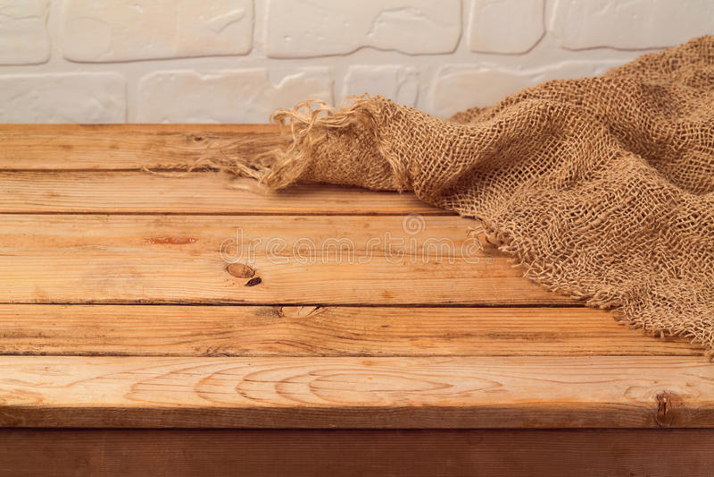 Tavola di legno vuota con tela di sacco Fondo della cucina immagini stock
