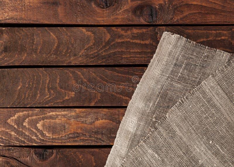 Tavola di legno vuota della piattaforma con la tovaglia fotografia stock libera da diritti