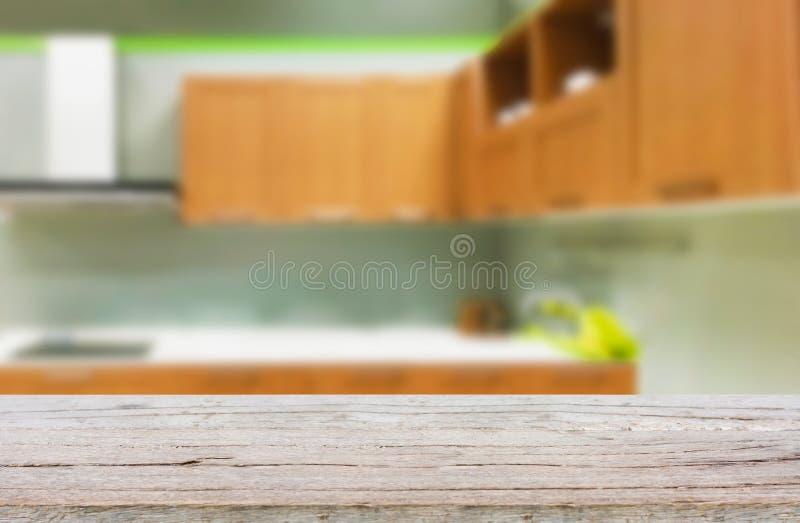Tavola di legno vuota e fondo vago della cucina immagini stock