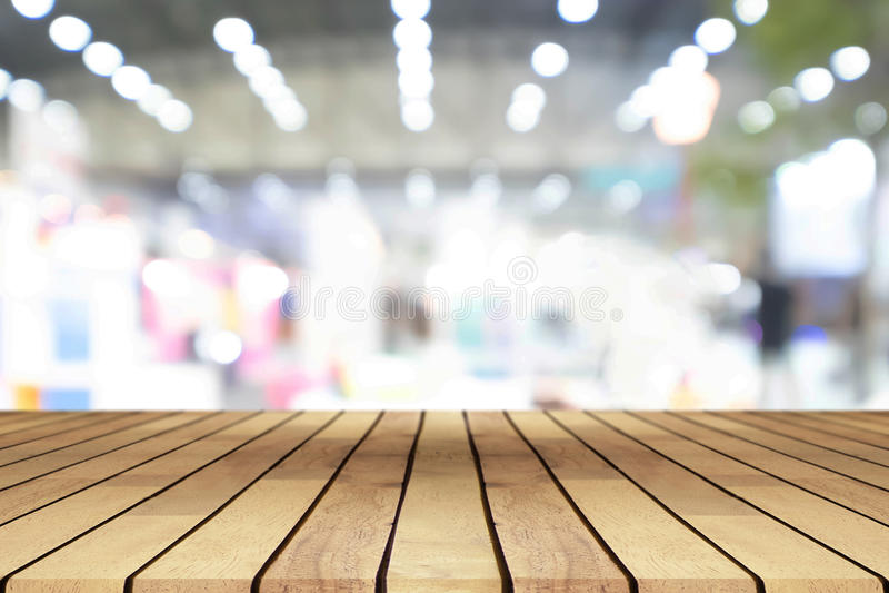 Tavola di legno vuota di prospettiva sopra il backgr vago del centro commerciale fotografia stock libera da diritti