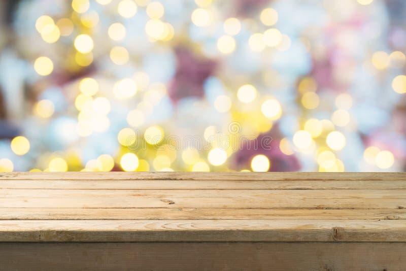 Tavola di legno vuota sopra il fondo festivo del bokeh fotografie stock