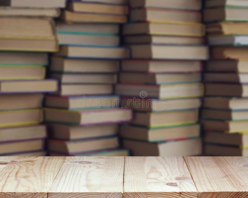 Tavola di legno vuota su fondo vago dei libri fotografia stock libera da diritti