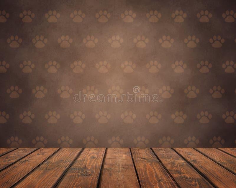 Tavola di legno vuota su un fondo marrone di lerciume con le zampe dell'animale domestico immagini stock libere da diritti