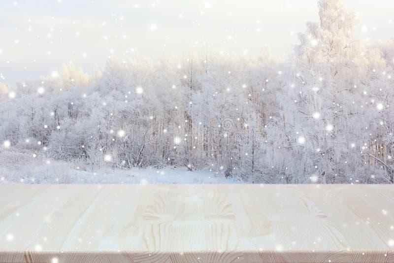 Tavola di legno vuota sul contesto vago di inverno immagine stock libera da diritti