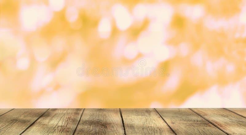 Tavola di legno vuota sul fondo dorato brillante del bokeh fotografia stock libera da diritti