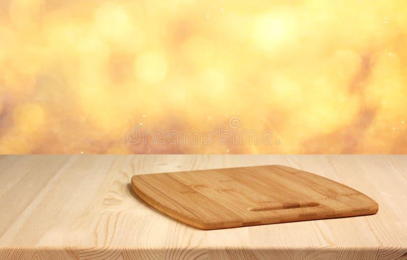 Tavola di legno vuota sul fondo vago di autunno dell'oro immagini stock