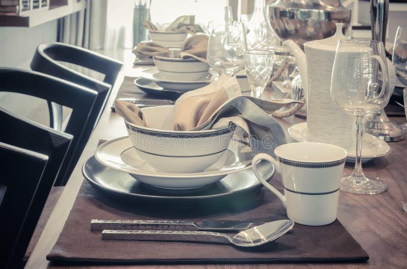 Download Tavola Di Lusso Messa Sulla Tavola Dinning Fotografia Stock - Immagine di apparecchiatura, alimento: 55363680