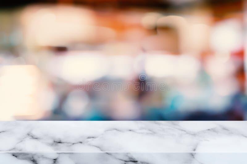 Tavola di marmo bianca con il fondo astratto della sfuocatura immagine stock libera da diritti