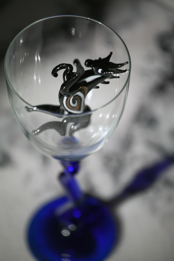 Tavola di marmo di vetro vuota del cavallo nero immagini stock libere da diritti