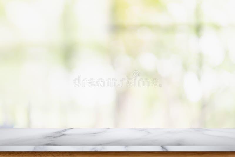 Tavola di marmo vuota con il fondo interno del salone della sfuocatura immagini stock libere da diritti