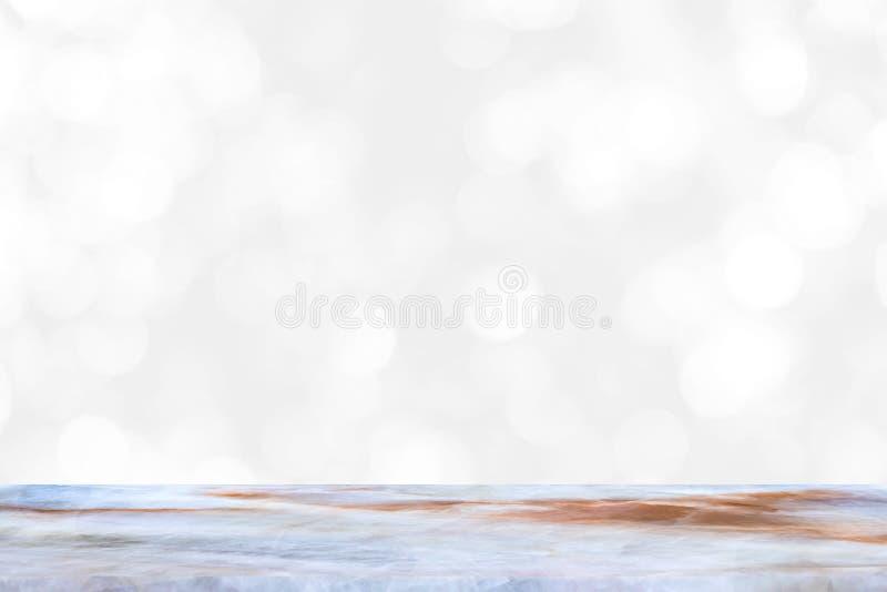 Tavola di marmo vuota e fondo interno della sfuocatura con l'immagine del bokeh, per il montaggio dell'esposizione del prodotto immagini stock libere da diritti