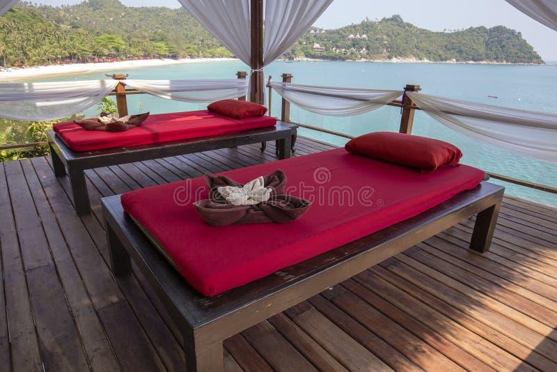 Tavola di massaggio che trascura il mare Stanza di massaggio della stazione termale sulla spiaggia in Tailandia fotografie stock
