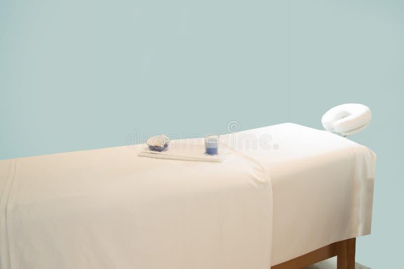 Tavola di massaggio della STAZIONE TERMALE immagini stock libere da diritti