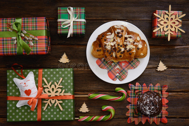 Tavola di mattina di natale con il croissant ed i regali Vista superiore immagine stock libera da diritti