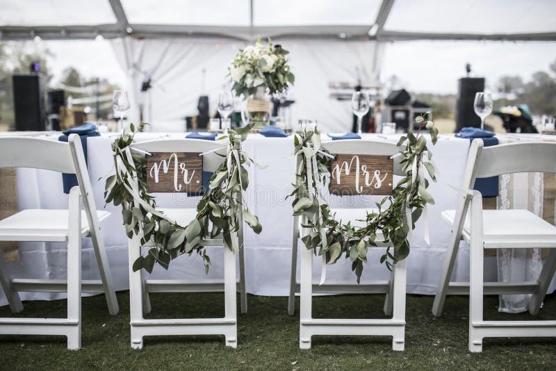 Tavola di nozze sotto la tenda, con sig. e sig.ra segni fotografia stock libera da diritti