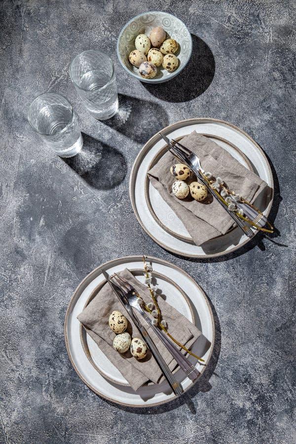 tavola di Pasqua con uova di quaglia vista dall'alto immagini stock libere da diritti