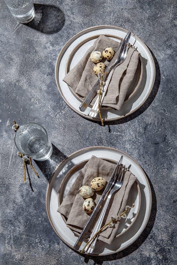 tavola di Pasqua con uova di quaglia vista dall'alto immagine stock libera da diritti