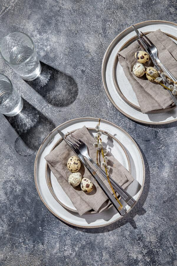 tavola di Pasqua con uova di quaglia vista dall'alto immagine stock