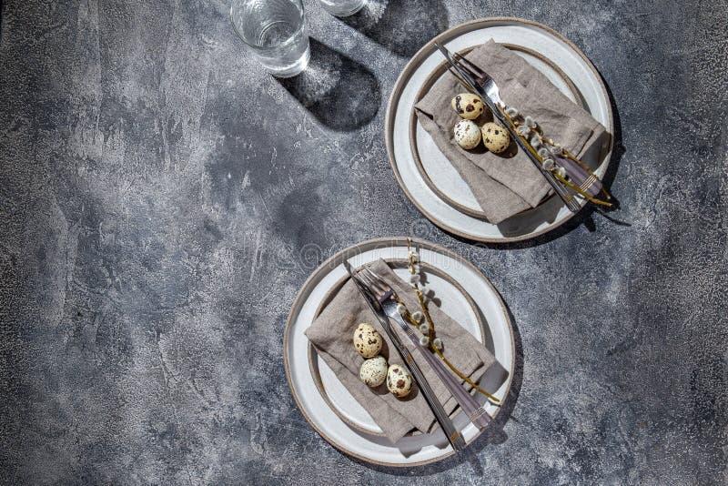 tavola di Pasqua con uova di quaglia vista dall'alto fotografie stock libere da diritti